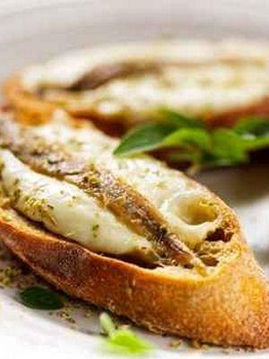 Antipasti aux anchois et à la mozzarella